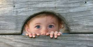 Los miedos naturales se consideran programados genéticamente y de un alto valor adaptativo. El problema surge cuando el miedo es desadaptativo, es decir, no obedece a ninguna causa real de peligro o se sobrevaloran las posibles consecuencias.